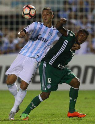 O jogador Borja, da SE Palmeiras, disputa bola com o jogador Bianchi, do C Atlético Tucumán, durante partida válida pela fase de grupos, da Copa Libertadores, no Estádio Monumental José Fierro.