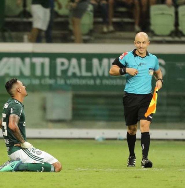 Bandeirinha Felipe Alan Costa de Oliveira ri de Antônio Carlos após anular seu gol legítimo
