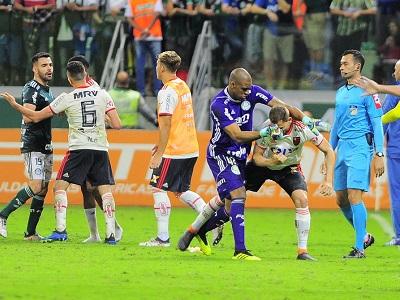 Jailson e Bruno Henrique durante confusão em jogo contra o Flamengo