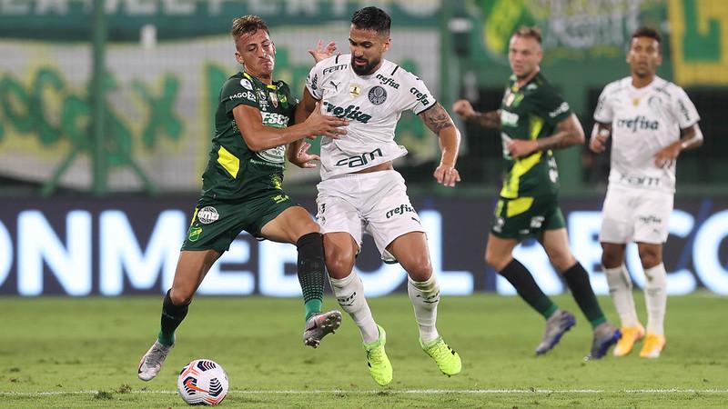 Luan, do Palmeiras, disputa bola com Braian Romero, do Defensa Y Justicia