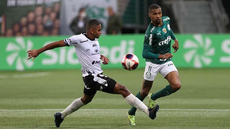 Wesley, do Palmeiras, disputa a bola em partida contra a Inter de Limeira no Allianz Parque
