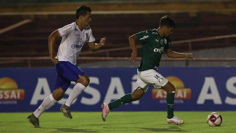 Gustavo Scarpa arranca para marcar o gol da vitória do Palmeiras contra o Santo André