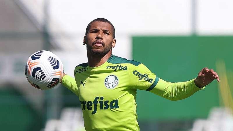 Wesley treina na Academia de Futebol do Palmeiras