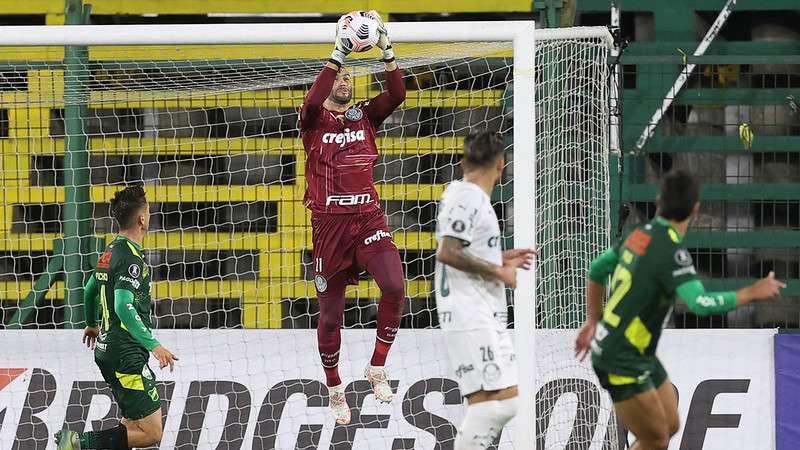 Weverton, do Palmeiras, faz mais uma defesa em partia contra o Defensa Y Lusticia