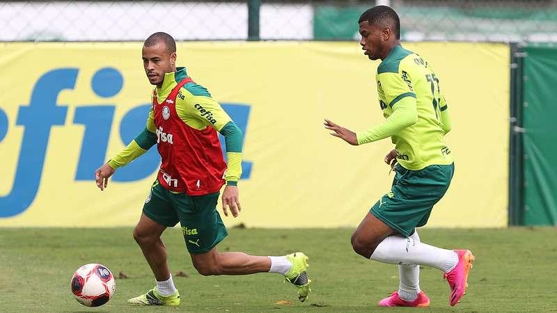 O lateral Mayke e o atacante Newton em treino na Academia de Futebol do Palmeiras