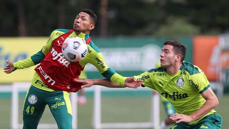 Rony e Fabinho participam de treino na Academia de Futebol do Palmeiras