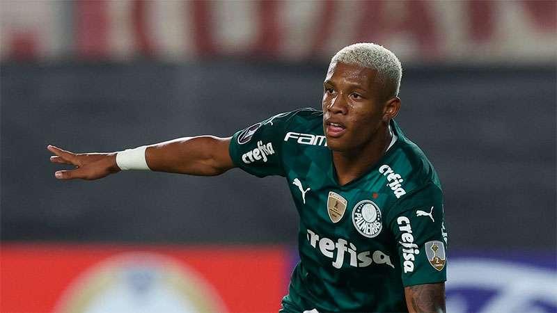 Danilo, do Palmeiras, comemora mais um gol