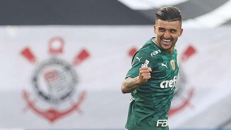 Victor Luis, do Palmeiras, comemora seu gol no Itaquerão