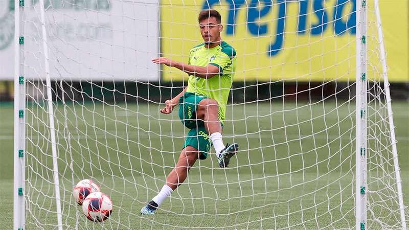 Gabriel Menino em treino na Academia de Futebol do Palmeiras