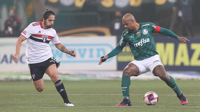 Felipe Melo, do Palmeiras, em duelo com Martín Benítez, do São Paulo.