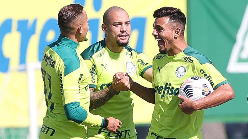 Gabriel Furtado em treino na Academia de Futebol do Palmeiras, entre Rafael Elias e Gabriel Menino