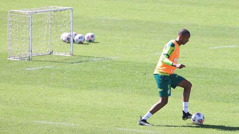 O zagueiro Michel, do Palmeiras, participa de treino na Academia de Futebol