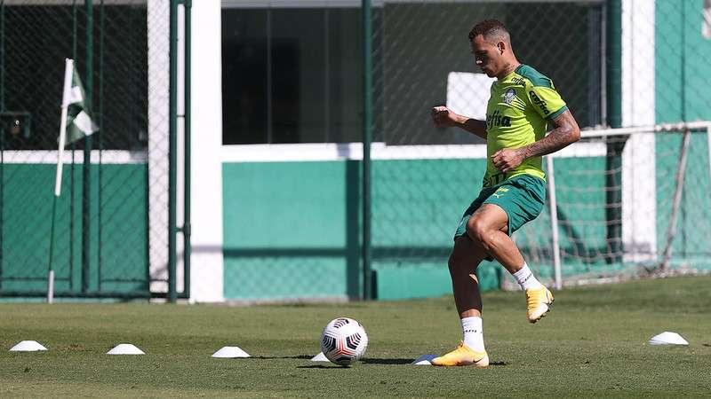 Breno Lopes realiza treino com bola na Academia de Futebol do Palmeiras