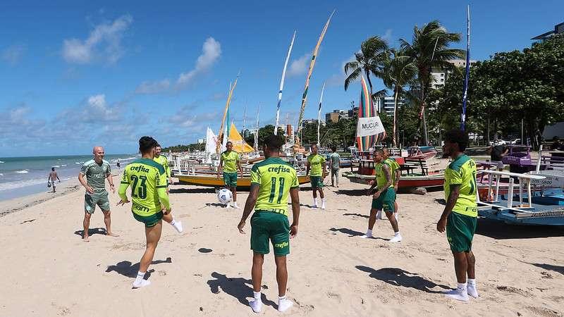 Elenco do Palmeiras treina na praia em Maceió, após o confronto contra o CRB pela Copa do Brasil