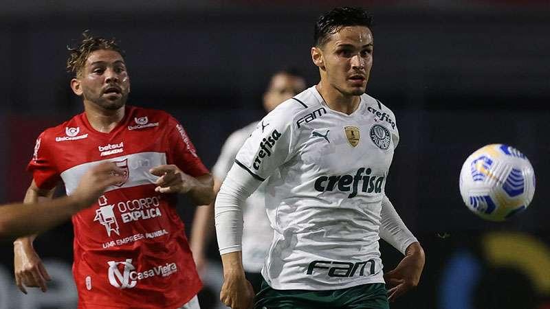 Raphael Veiga em partida do Palmeiras contra o CRB, em Maceió