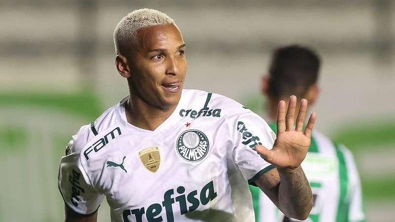 Deyverson, do Palmeiras, comemora seu gol contra o Juventude em Caxias do Sul
