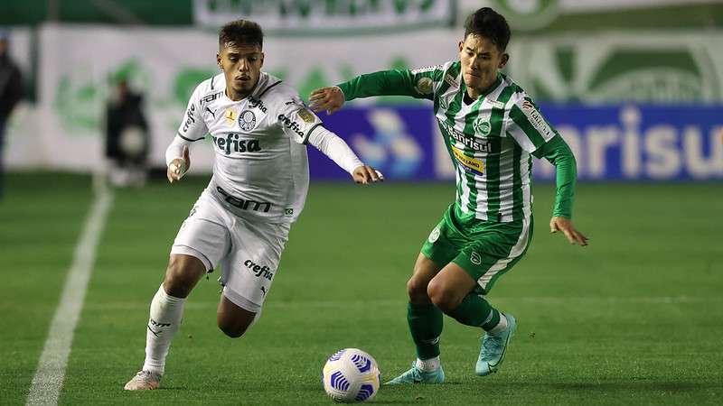 Gabriel Menino, do Palmeiras, em partida contra o Juventude, pelo Campeonato Brasileiro