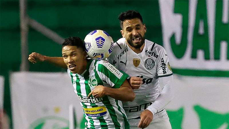 Luan disputa a bola em jogo do Palmeiras contra o Juventude