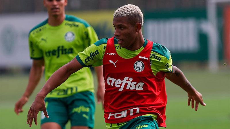 Danilo treina na Academia de Futebol do Palmeiras