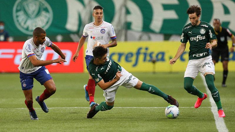 Willian e Viña disputam lance pelo Palmeiras, em partida contra o Bahia em dezembro de 2020