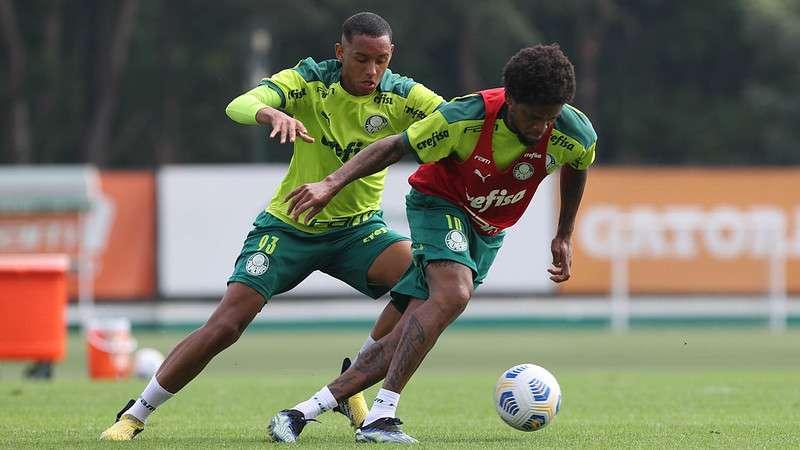 Luiz Adriano passa por Michel em treino do Palmeiras na Academia de Futebol