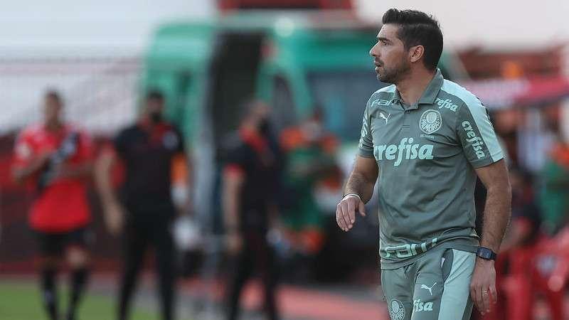 O técnico do Palmeiras, Abel Ferreira, orienta o time na vitória sobre o Atlético-GO, em Goiânia