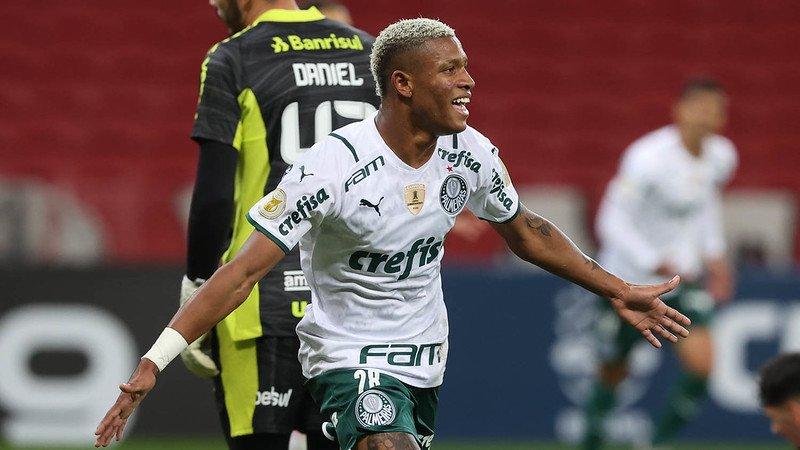 O meio-campista Danilo comemora seu gol em partida do Palmeiras contra o Internacional, em Porto Alegre