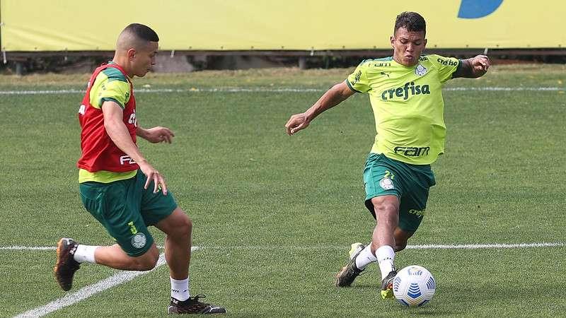Renan e Gabriel Veron participam de treino na Academia de Futebol do Palmeiras