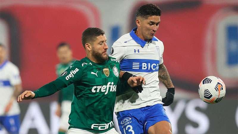 Zé Rafael, do Palmeiras, disputa a bola em partida com a Universidad Católica, no Chile