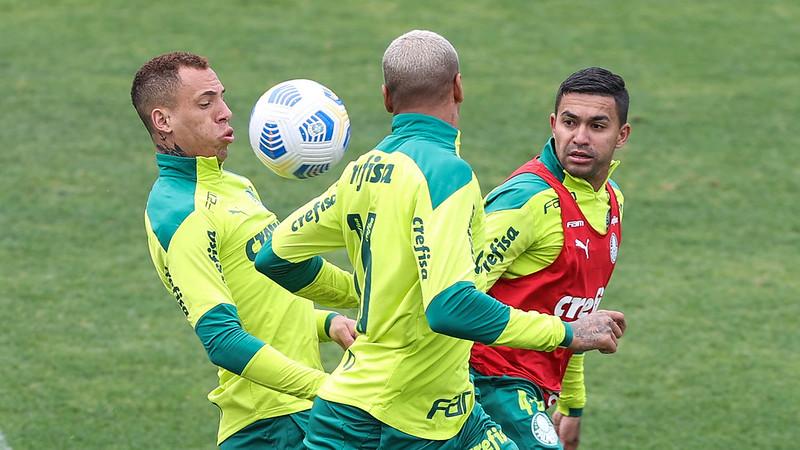 Breno Lopes, Deyverson e Dudu participam de treino na Academia de Futebol do Palmeiras