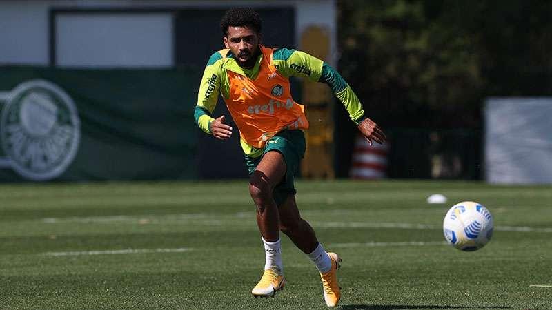 Matheus Fernandes, do Palmeiras, treina na Academia de Futebol