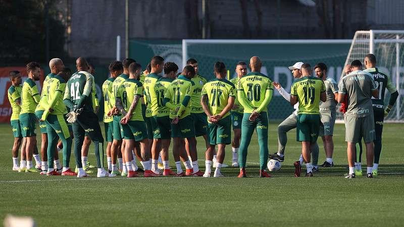 Grupo se reúne no gramado da Academia de Futebol do Palmeiras