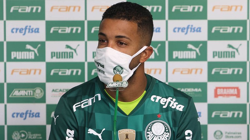 O lateral Jorge é apresentado na Academia de Futebol do Palmeiras