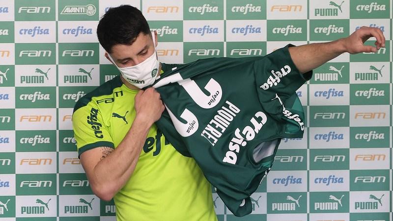 O lateral Piquerez veste a camisa 22 em sua apresentação no Palmeiras