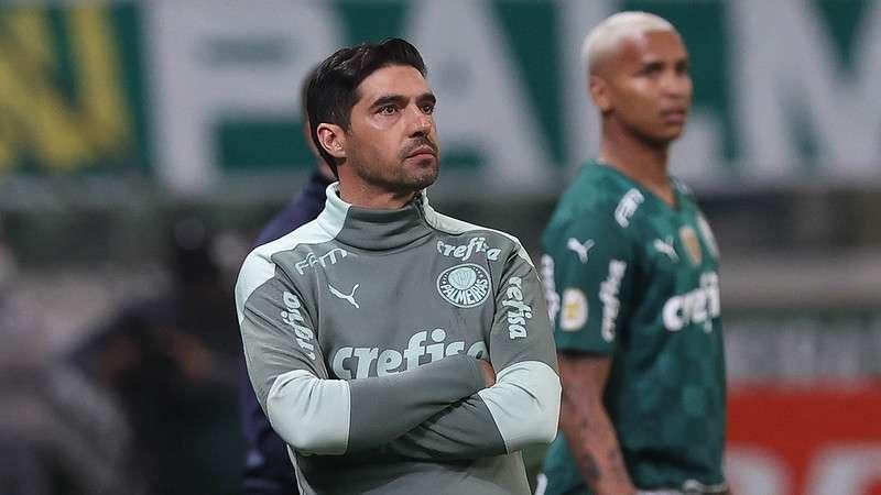 O técnico do Palmeiras, Abel Ferreira, comanda a equipe em partida contra o Fortaleza no Allianz Parque