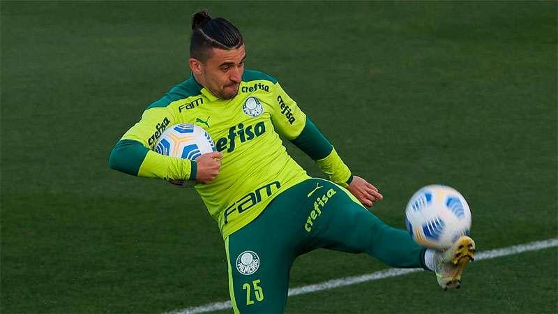 Victor Luis, lateral do Palmeiras, em treino na Academia de Futebol