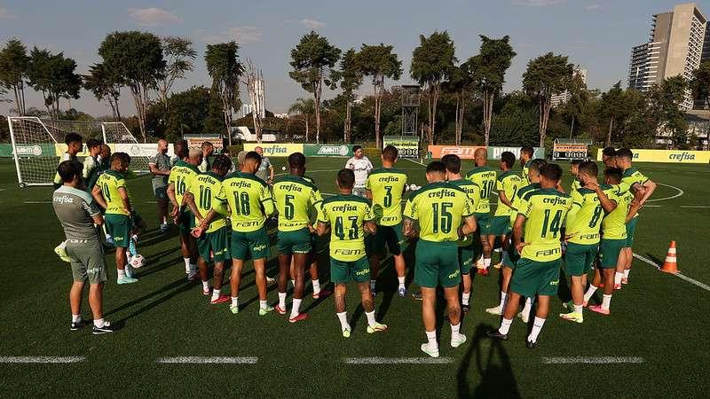 O técnico do Palmeiras, Abel Ferreira, conversa com o elenco antes do treino técnico na Academia de Futebol