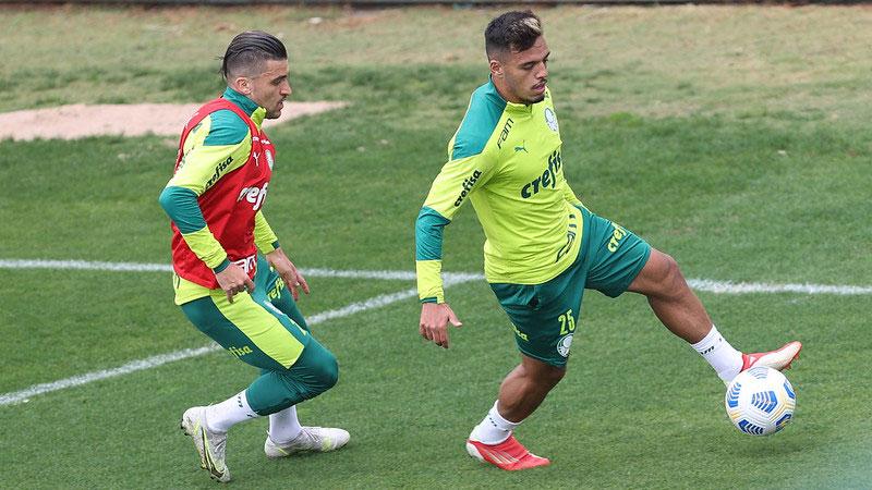 Os jogadores Victor Luis e Gabriel Menino, do Palmeiras, em treino na Academia de Futebol