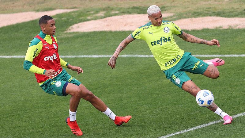 Os jogadores Deyverson e Michel, do Palmeiras, em treino na Academia de Futebol