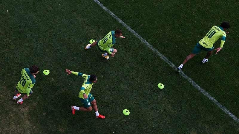 Atletas do Palmeiras participam de treino na Academia de Futebol