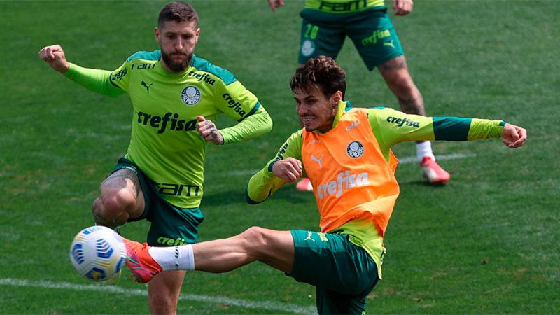 Os jogadores Zé Rafael e Raphael Veiga participam de treino na Academia de Futebol do Palmeiras