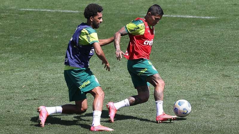 Matheus Fernandes e Dudu em disputa durante treino na Academia de Futebol