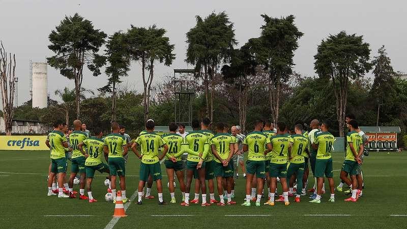 Abel Ferreira conversa com o elenco durante treinamento do Palmeiras, na Academia de Futebol.