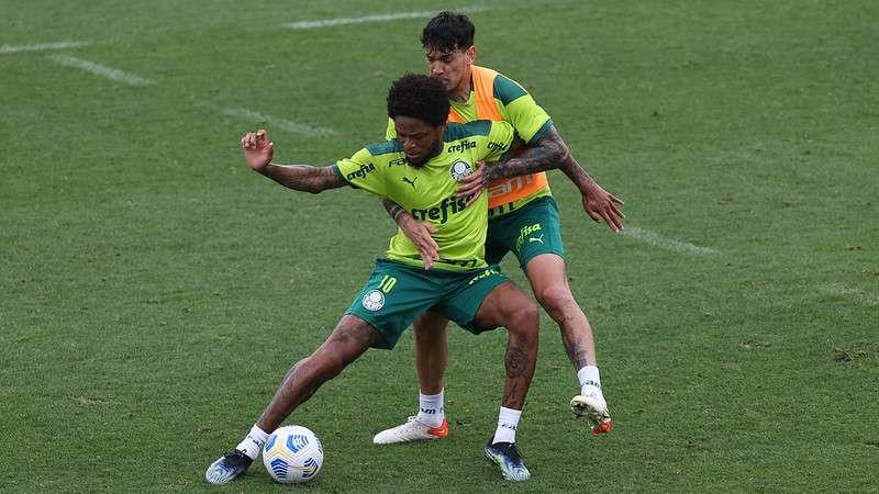 Luiz Adriano e Gustavo Gómez, durante treino do Palmeiras, na Academia de Futebol.