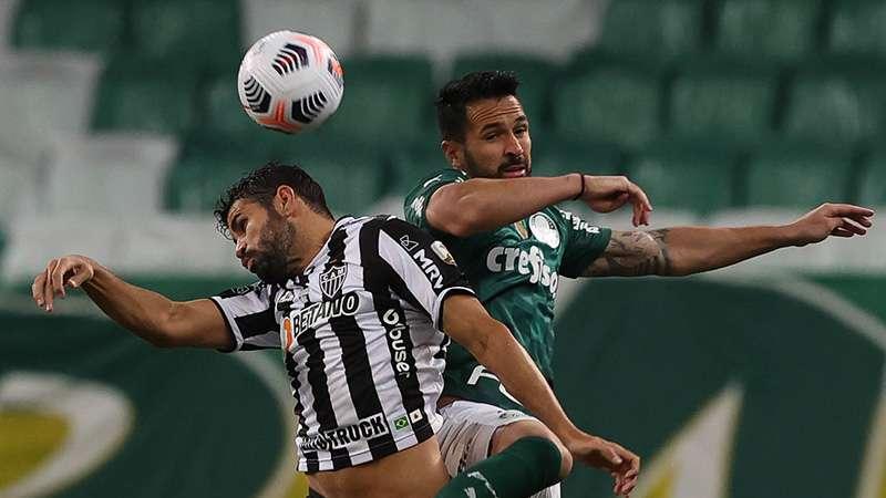 Luan disputa bola com o jogador Diego Costa, em jogo do Palmeiras contra o Atlético-MG, durante primeira partida válida pelas semifinais da Libertadores 2021, no Allianz Parque.