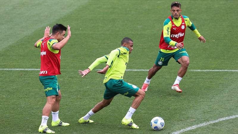 Willian, Jhonatan e Gabriel Menino, durante treino do Palmeiras, na Academia de Futebol.