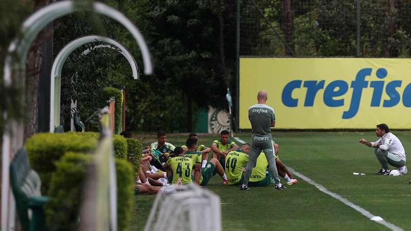 Abel Ferreira conversa com o elenco durante treino do Palmeiras na Academia de Futebol.