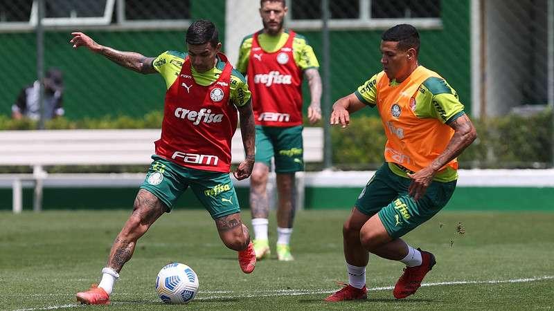 Dudu e Naves em disputa e observados por Zé Rafael, durante atividades em treinamento do Palmeiras, na Academia de Futebol.