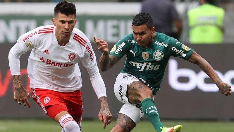 Dudu do Palmeiras, disputa bola com Cuesta do Internacional, durante partida válida pela vigésima sétima rodada do Brasileirão 2021, no Allianz Parque.