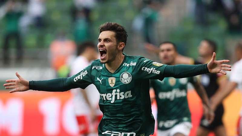 Raphael Veiga comemora seu gol pelo Palmeiras contra o Internacional, durante partida válida pela vigésima sétima rodada do Brasileirão 2021, no Allianz Parque.